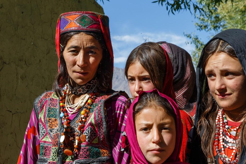 bewusst reisen - Frauen in bunter Tracht in Afghanistan