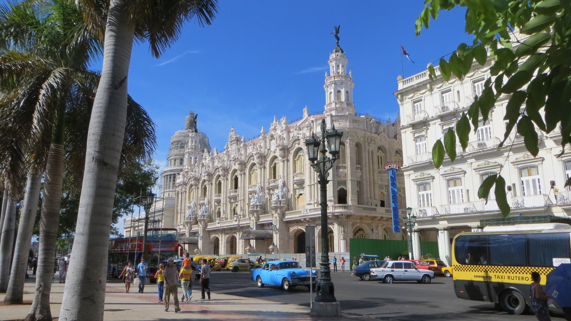 Kuba, Havanna am Parque Central mit Blick auf das Gran Teatro und Oldtimer