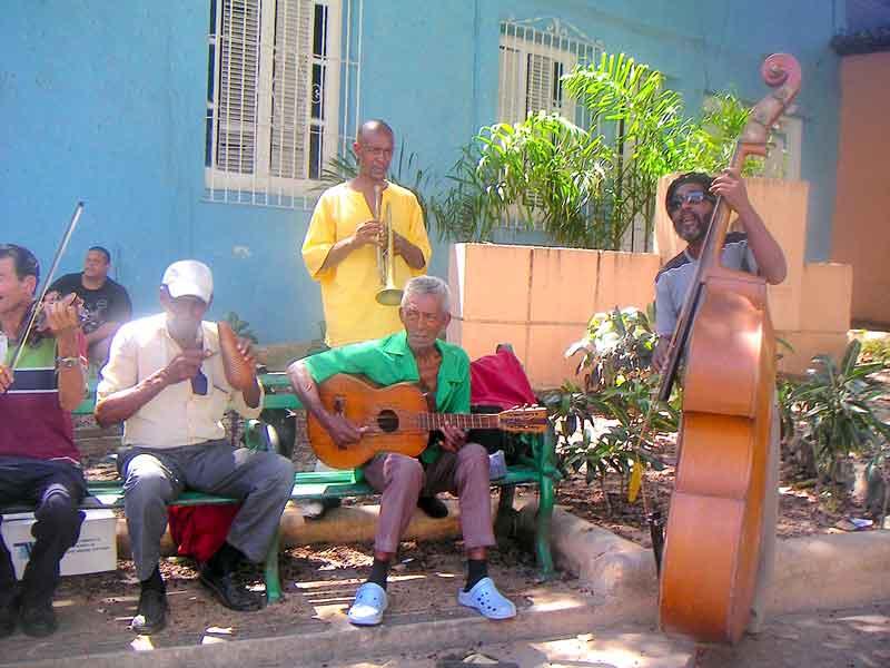 Kuba-Santiago-Straßenmusiker-mit-Kontrabass