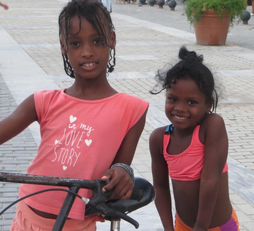 Kuba-Havanna Plaza vieja_zwei-kleine-Mädchen