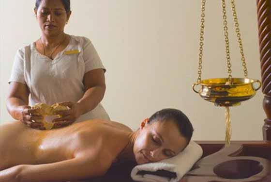 Frau bekommt eine Ayurveda Massage auf dem Rücken
