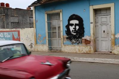Kuba-Santa-Clara-Hauswand-mit-CheGuevara-rotes-Auto