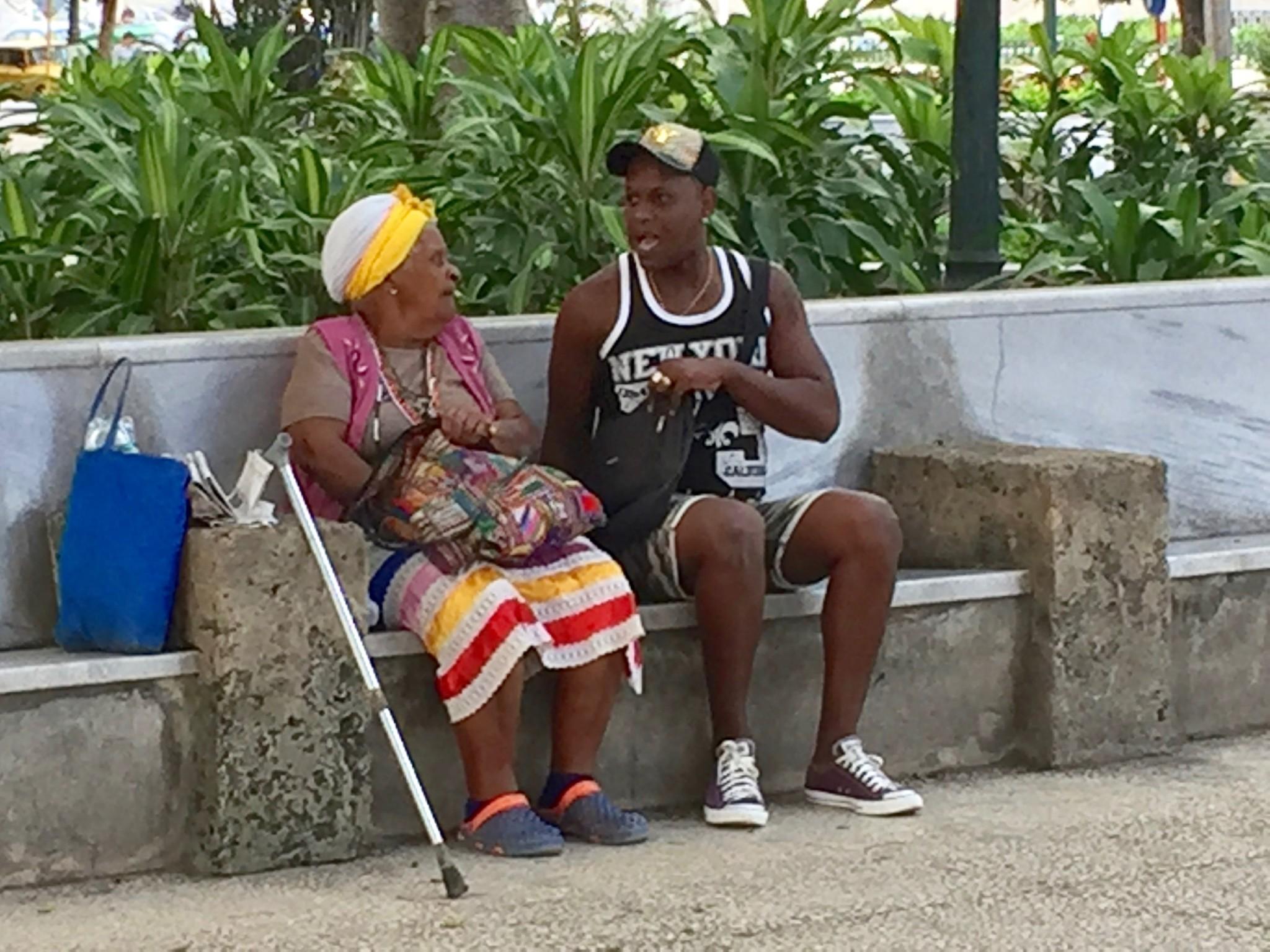 Kuba-Havanna-Parque-Central-Oma-mit-Enkel