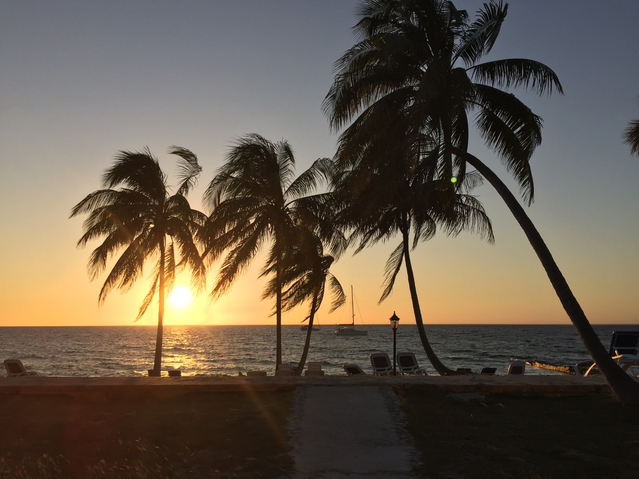 Kuba-Palmen-am-Strand-Sonnenuntergang-im-Meer