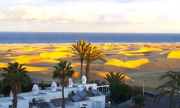 Gran Canaria - Blick auf die Dünen von Maspalomas und das Meer im Abendlicht