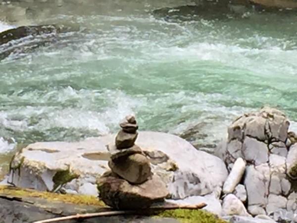 Steinpyramide-am Wasser-Wellnessmotiv