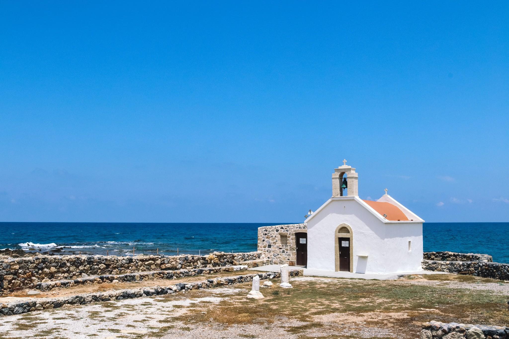 Kreta-Blick auf kleine Kirche und das Meer