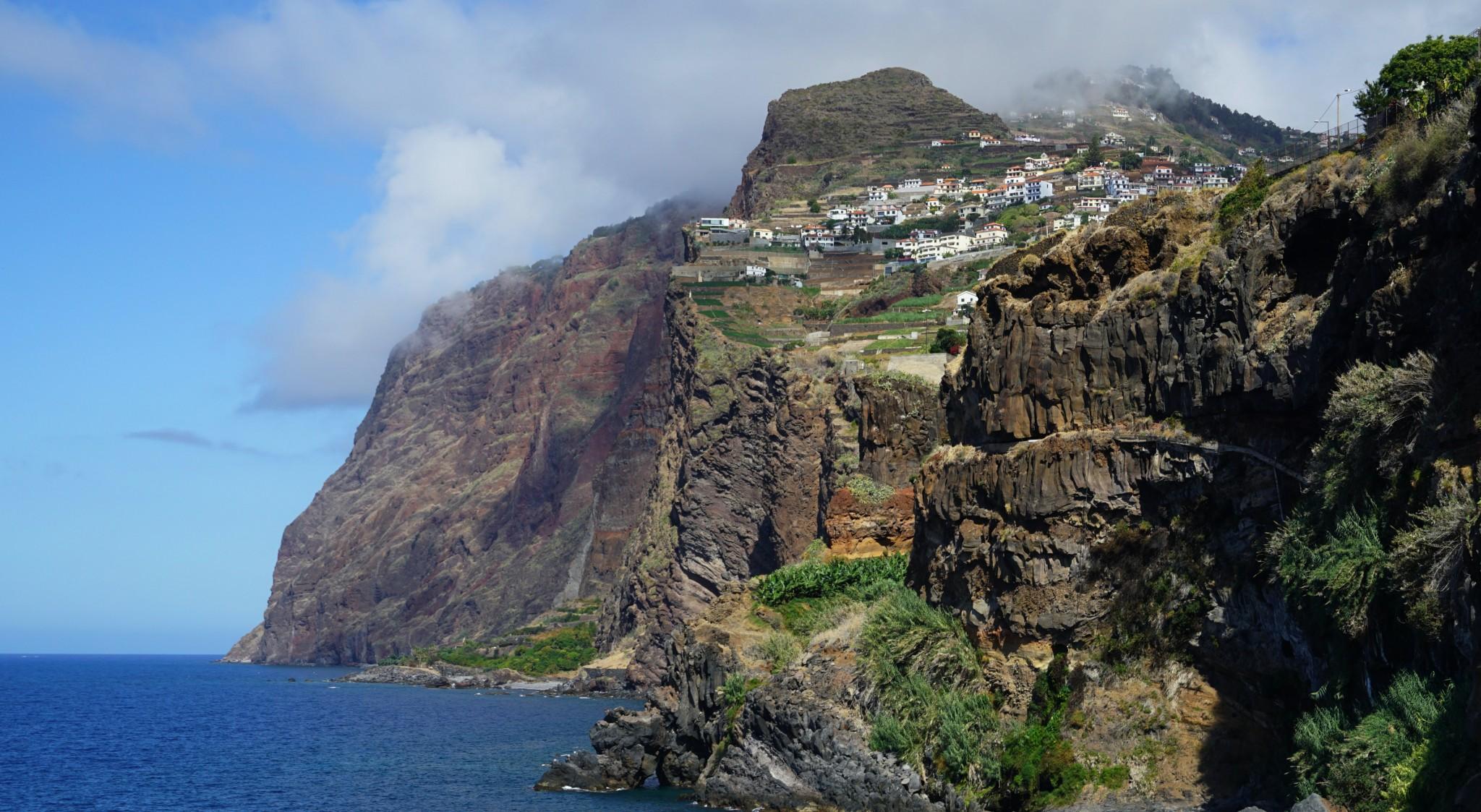 Madeira-Blick auf typische Steilküste und Meer