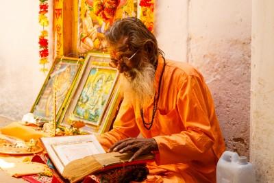 Ayurveda_Weisheit_vom_Leben_indischer_Gelehrter_mit_Buch