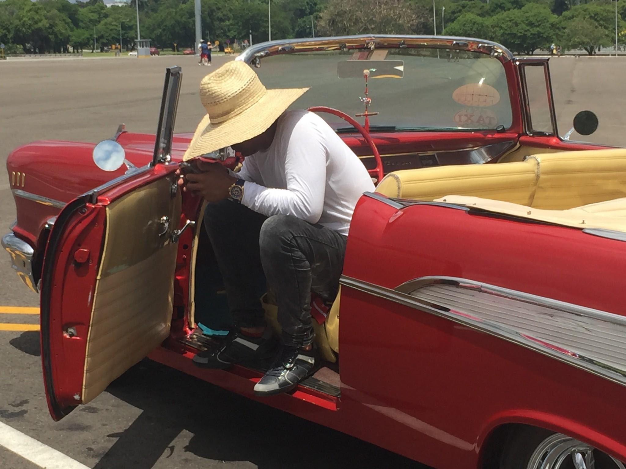 Kuba-Havanna-wartender Oldtimerfahrer-IMG_6769-bk