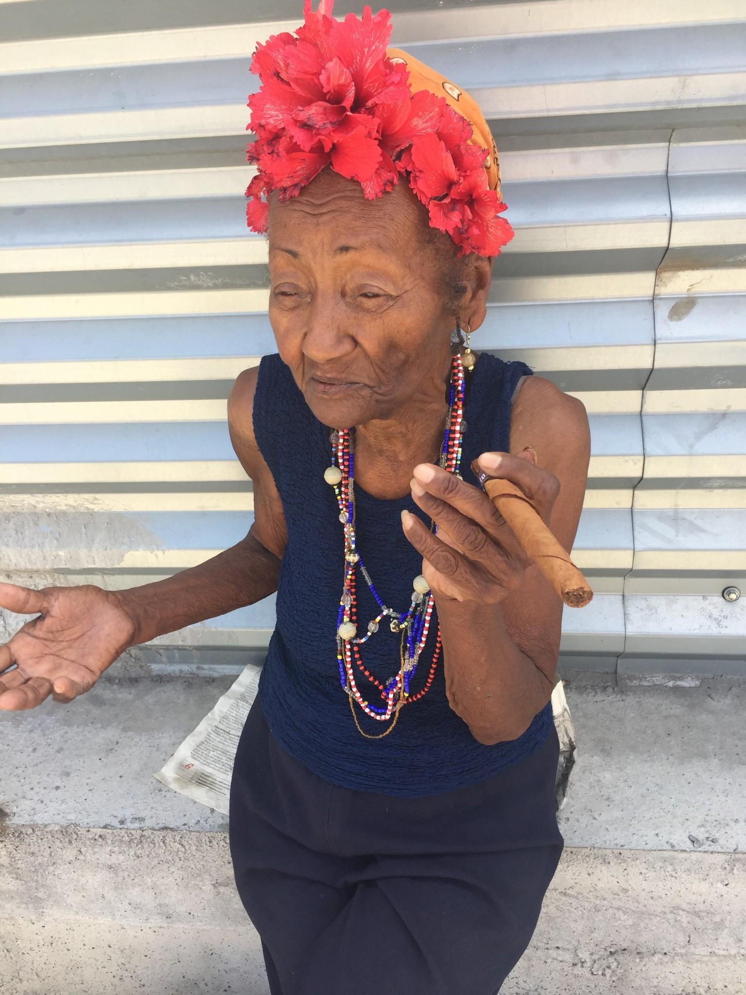 Kuba-Havanna-alte Frau mit Zigarre-IMG_7416-bk