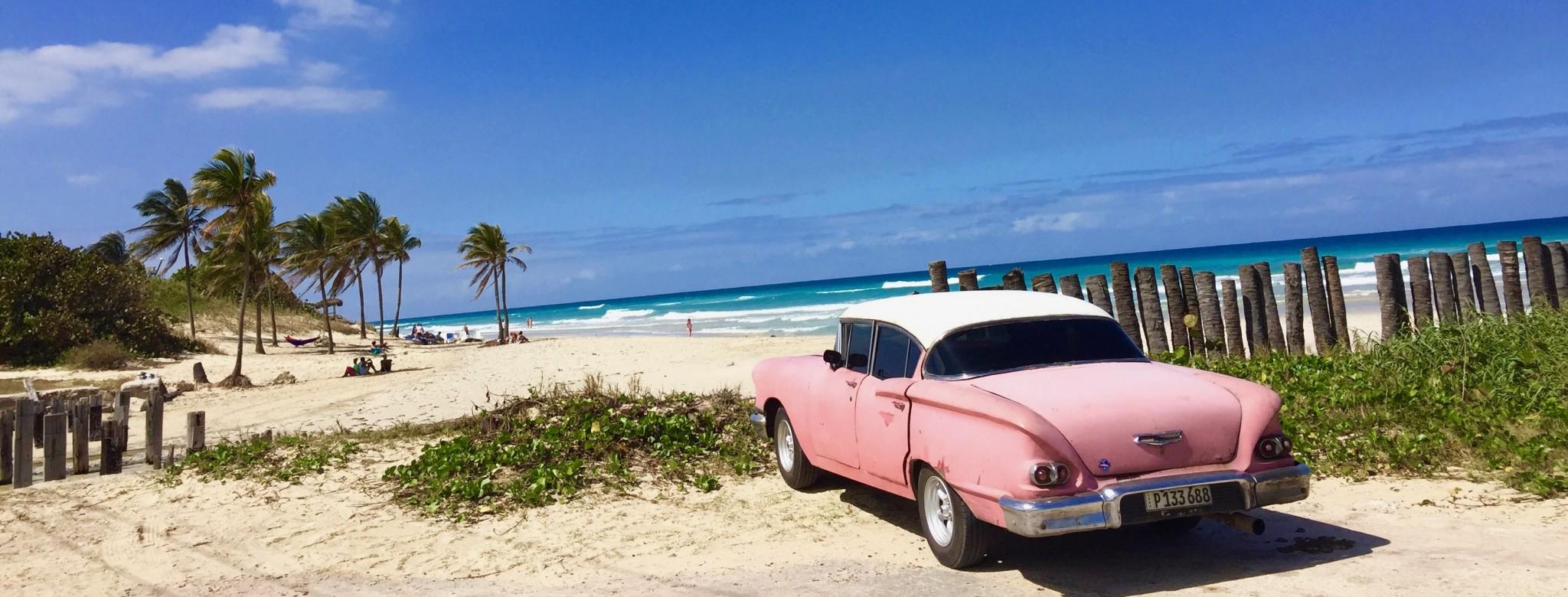 Kuba-Strand-rosa-Oldtimer-