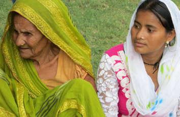 Sri Lanka - alte und junge Frau im Sari