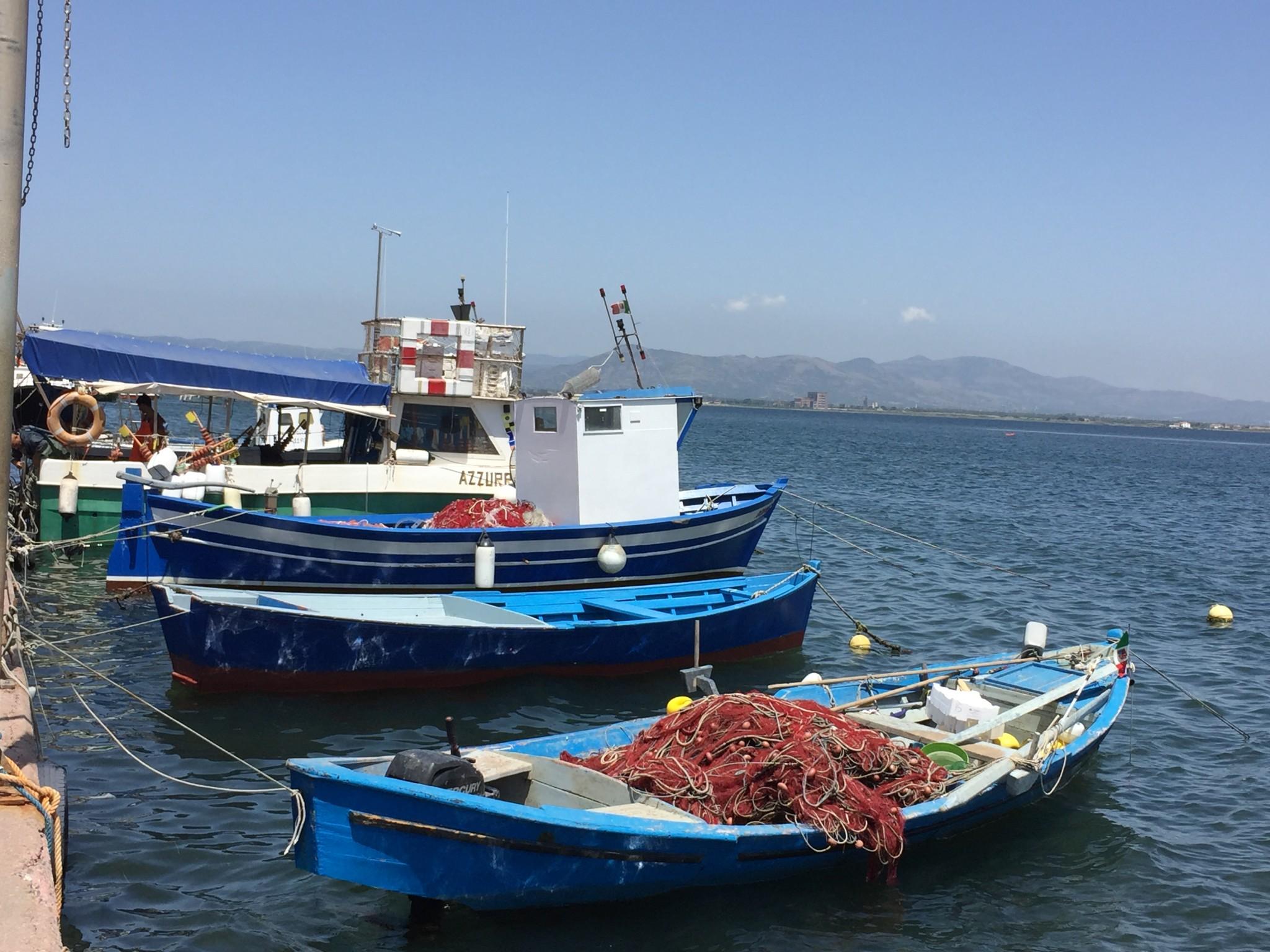 Fischerboote an der Hafenmauer