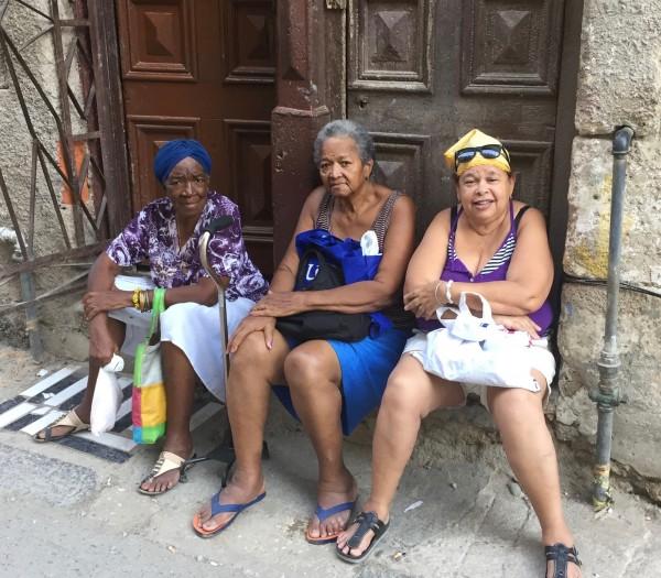 Kuba-Havanna-drei-alte-Frauen sitzen-vor-der-Tür-