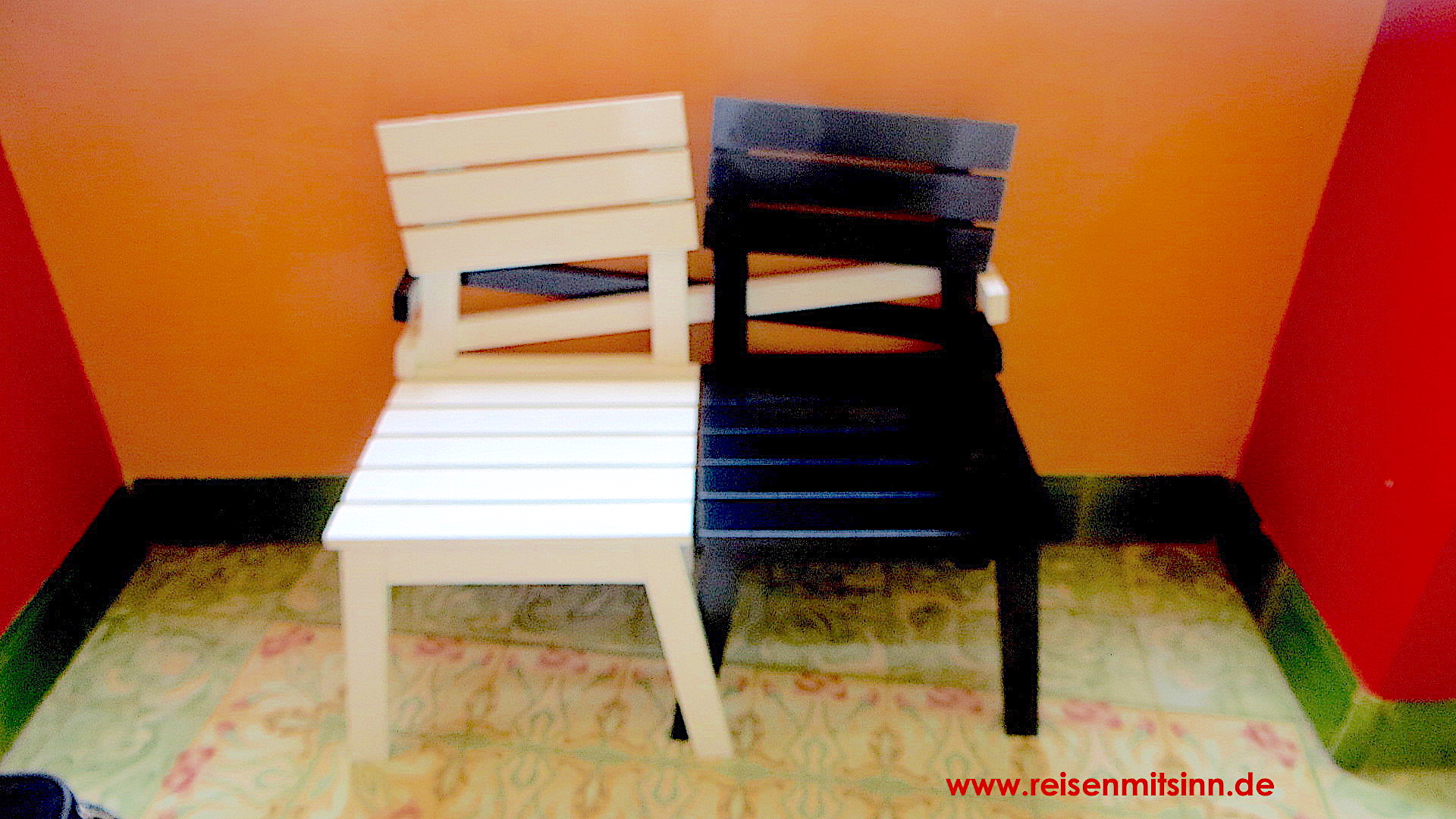 Kuba-zwei-Stühle-schwarz-weiß-verschränkt