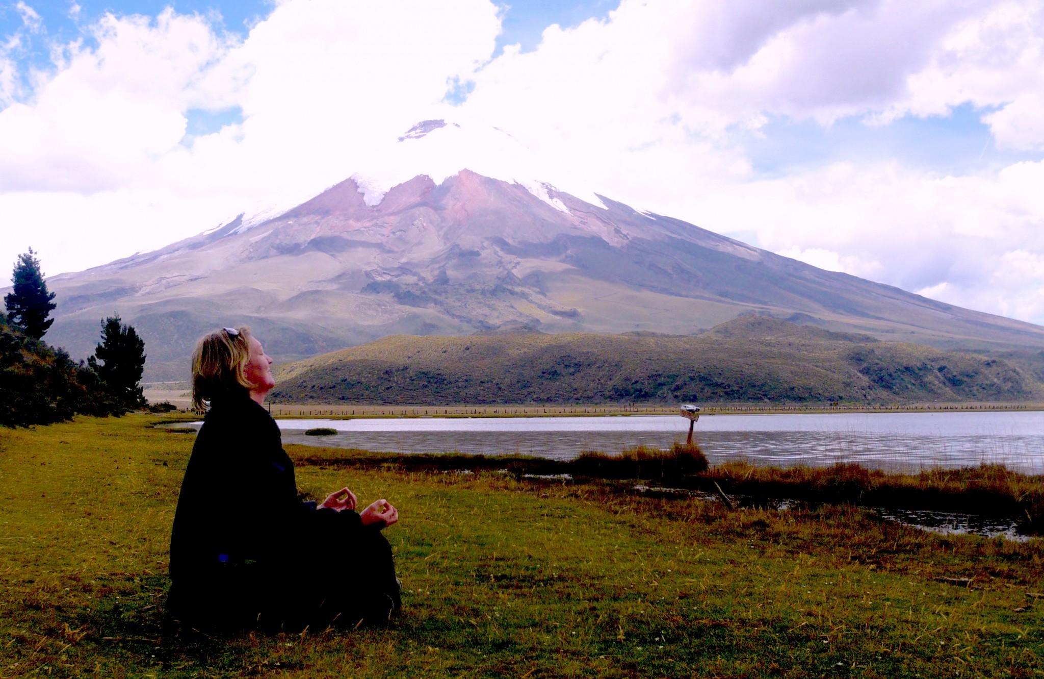 Ecuador-Cotopaxi-Frau-in-Meditation