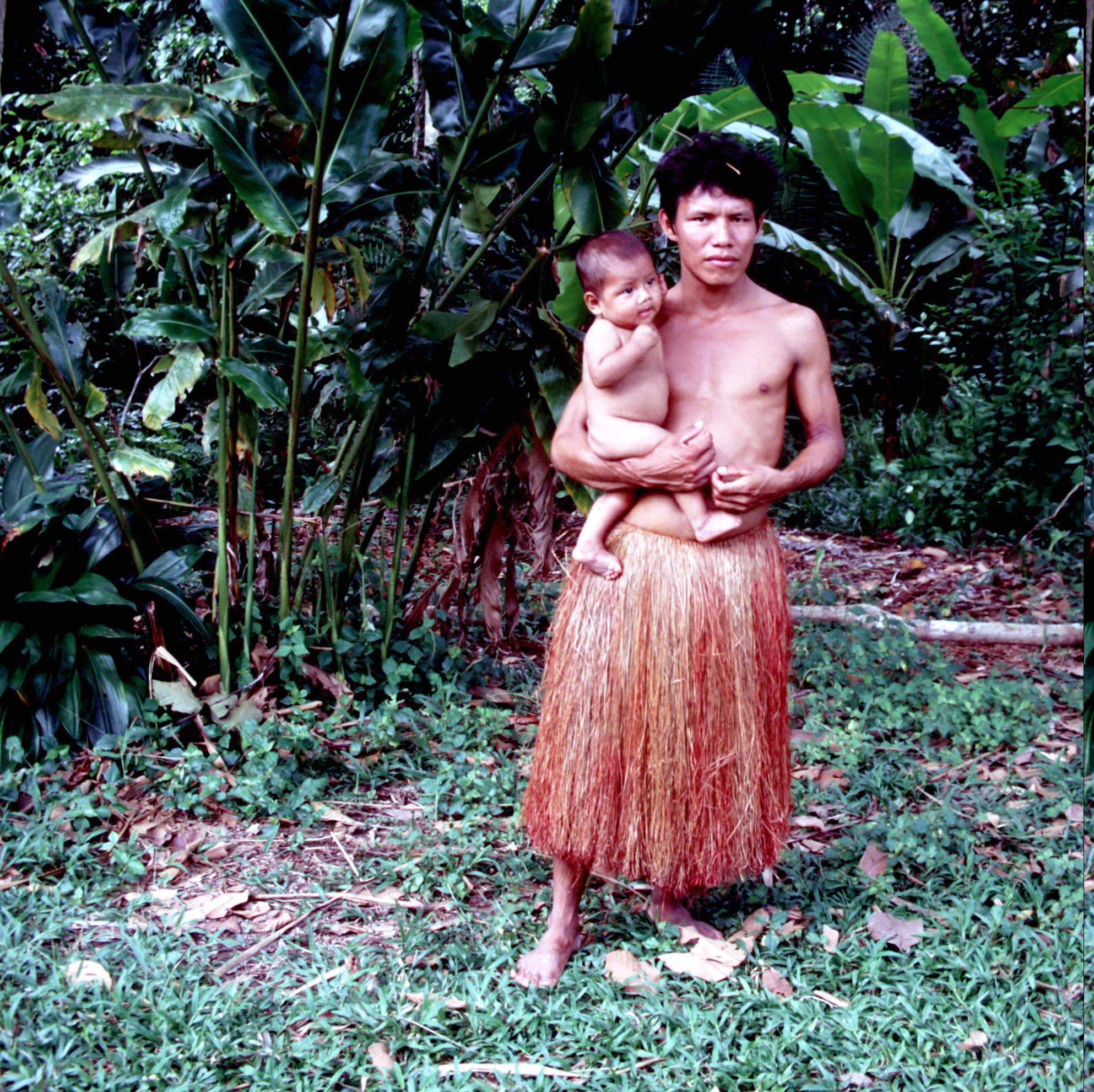 Brasilien Amazonas-indigener Mann mit Baby